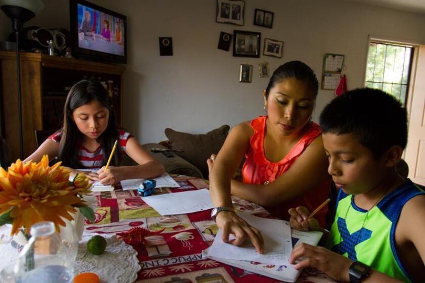 """En caso de una deportación, los hijos menores de edad que quedan en EE.UU. son los más vulnerables, por lo que los padres deben tomar medidas preventivas que garanticen su seguridad y eviten que queden en hogares temporales, como nombrar como un """"guardián"""" a un familiar o allegado, según expertos. EFE/ARCHIVO"""