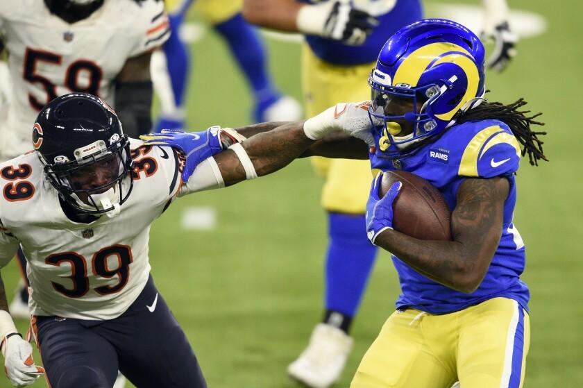 El running back de los Rams de Los Ángeles Darrell Henderson intenta desprenderse del defensive back de los Bears de Chicago Eddie Jackson en la segunda mitad del juego del lunes 26 de octubre de 2020, en Inglewood, California. (AP Foto/Kelvin Kuo)