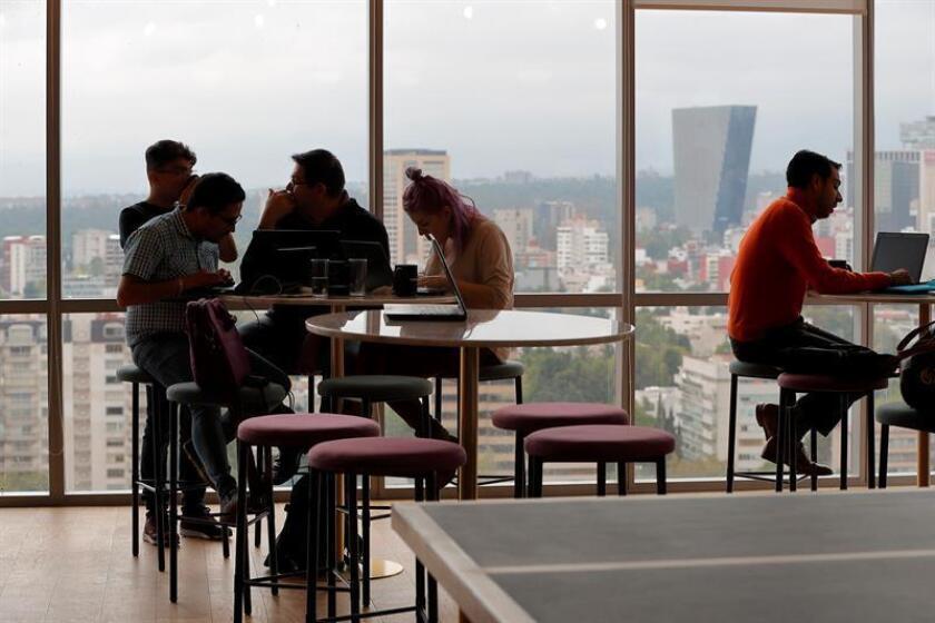 Vista de varias personas en una oficina. EFE/Archivo