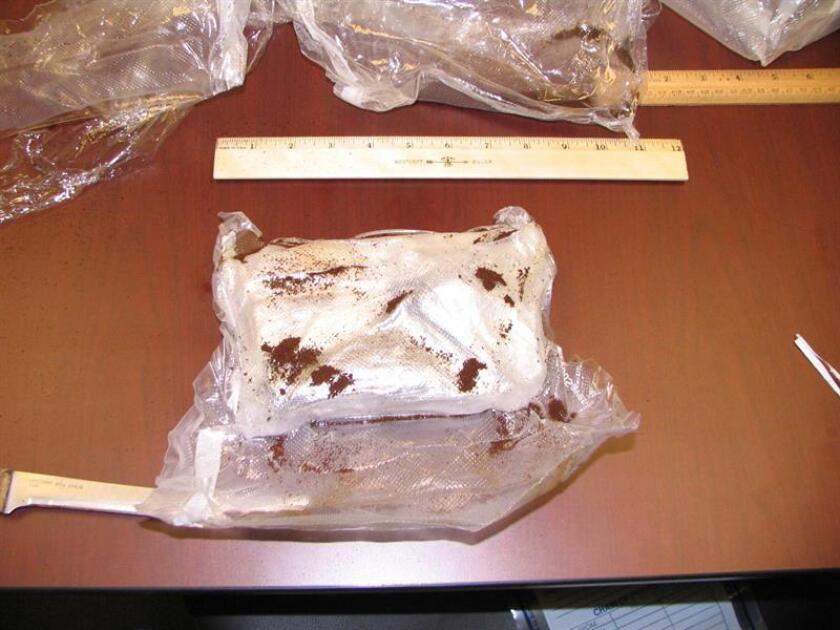 Agentes de la Oficina de Aduanas y Protección Fronteriza (CBP, por sus siglas en inglés) de los Estados Unidos en Puerto Rico ocuparon tres kilos de cocaína escondidos en un paquete de libros y ocho kilos de aceite de cannabis guardados en bolígrafos marcadores con tinta seca. EFE/SÓLO USO EDITORIAL/NO VENTAS