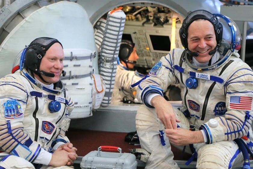 Los tripulantes de la misión 55/56 a la Estación Espacial Internacional (EEI): los astronautas de la NASA Andrew Feustel (C), Richard Arnold (d) y el cosmonauta de la agencia espacial rusa Roscosmos Oleg Artemyev (al fondo) posan durante el examen final en el centro de entrenamiento ruso en la Ciudad de las Estrellas, en las afueras de Moscú, Rusia. EFE/Archivo