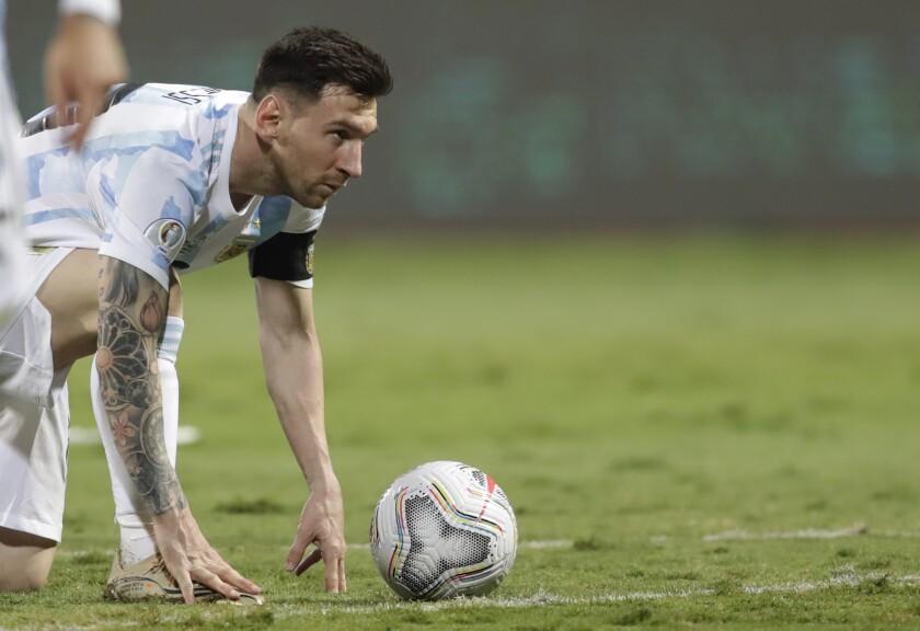 Lionel Messi, de la selección de Argentina, coloca el balón para ejecutar un tiro libre