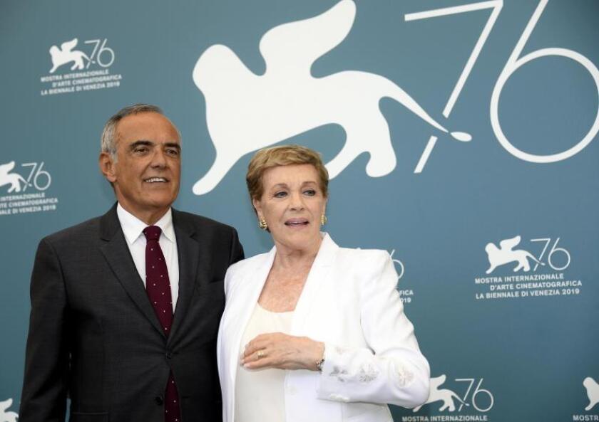 Julie Andrews (dcha) y el director del Festival Alberto Barbera. EFE/EPA/CLAUDIO ONORATI
