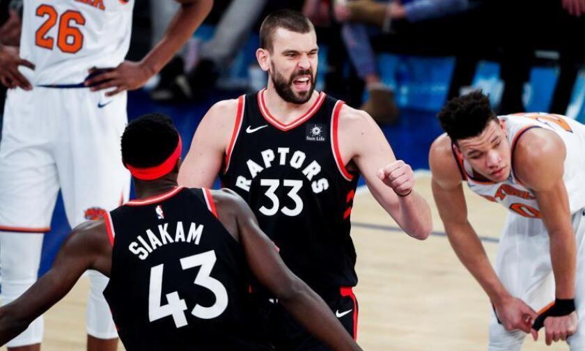 El jugador de los Raptors de Toronto Marc Gasol (c), durante el partido de hoy contra los Knicks de Nueva York. EFE