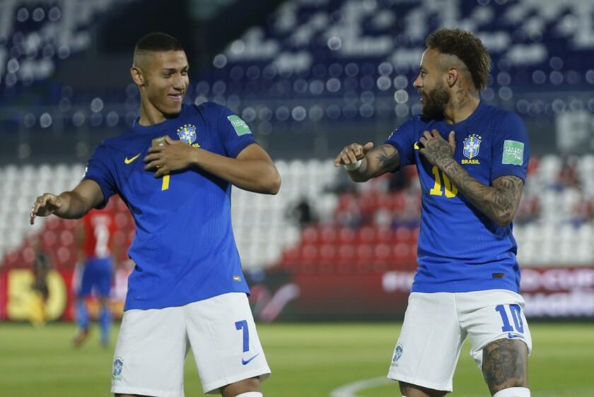 Neymar (derecha) celebra con su compañero Richarlison tras marcar el primer gol de Brasil