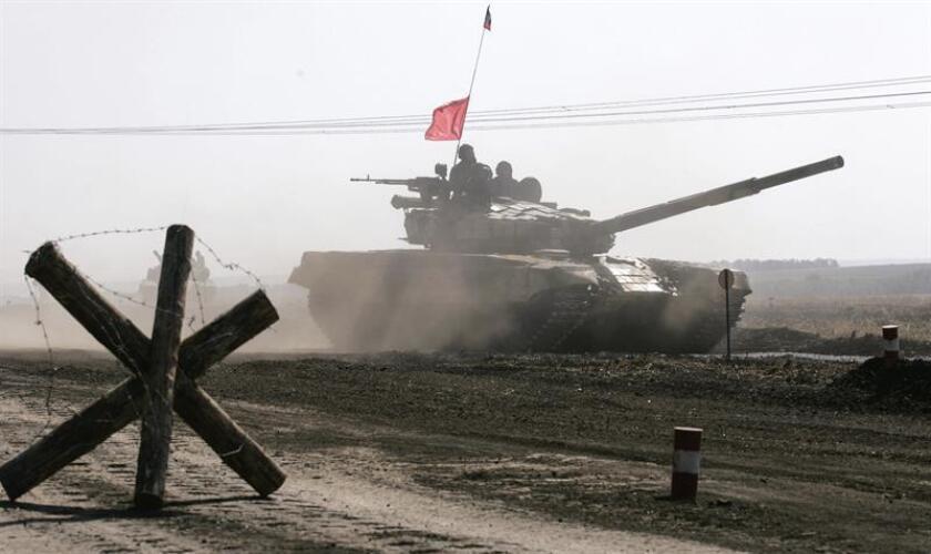 Militantes prorrusos participan en un entrenamiento militar en un campo de tiro cerca de Torez, a 75 kilómetros de Donetsk, Ucrania. EFE/Archivo