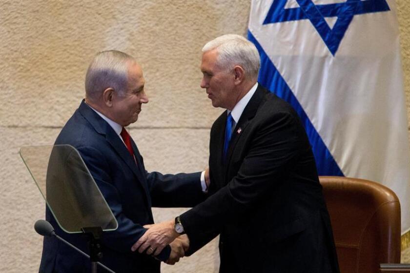 El primer ministro israelí, Benjamin Netanyahu, estrecha la mano al vicepresidente de Estados Unidos, Mike Pence (dcha), en el Parlamento israelí en Jerusalén (Israel) hoy, 22 de enero de 2018. EFE