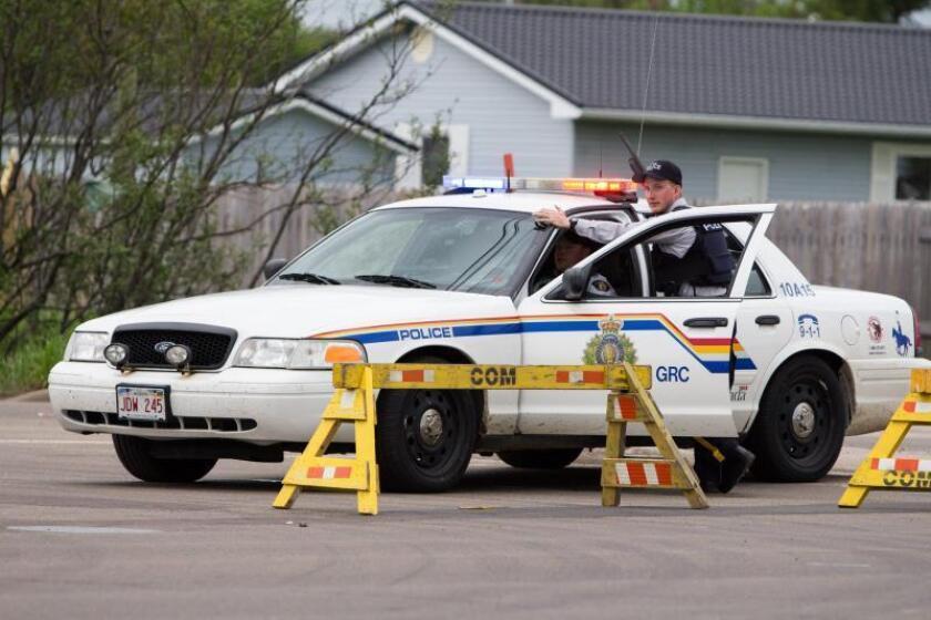La Policía Montada de Canadá localizó en la mañana de hoy dos cuerpos en una remota localidad del centro del país que dijo creer corresponden a los de dos fugitivos acusados de tres asesinatos. EFE/BEN Russell