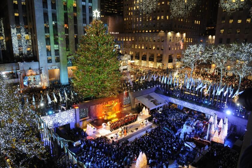 Nueva York cumplió hoy con una tradición que se remonta a ocho décadas con el encendido de un árbol de Navidad instalado en el Centro Rockefeller, en un acto que suele marcar el comienzo de las fiestas navideñas en la ciudad.