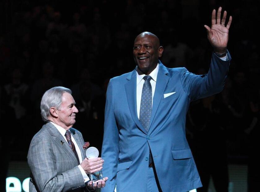 Spencer Haywood (d) es homenajeado en el día de Martin Luther King hoy, lunes 18 de enero de 2016, durante el juego de la NBA que se disputa en el FedExForum de Memphis, Tennessee (EE.UU.). EFE/Archivo