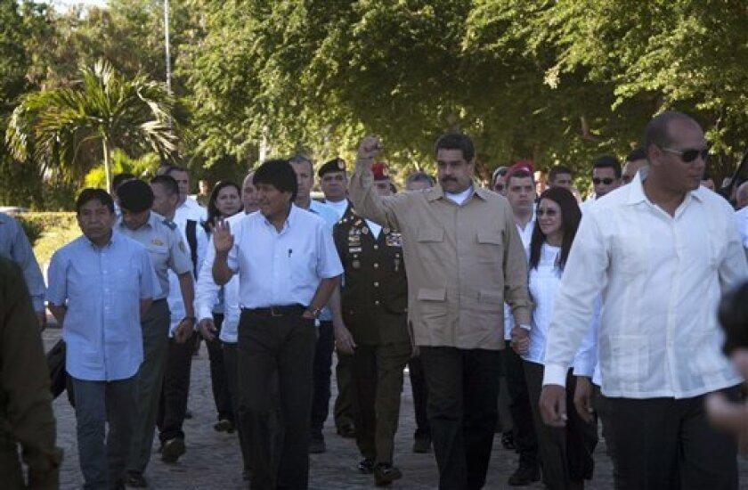 """El presidente boliviano, Evo Morales, reconoció hoy durante el homenaje póstumo a Fidel Castro en la Plaza de la Revolución de La Habana que """"extrañará"""" al líder cubano pero añadió que """"no ha muerto"""" y que está """"más vivo que nunca, más necesario que nunca""""."""