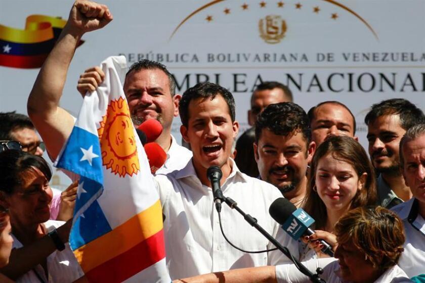 El presidente de la Asamblea Nacional de Venezuela (AN, Parlamento), el opositor Juan Guaidó (c), habla durante un cabildo abierto en Caraballeda, Estado Bargas (Venezuela). EFE/Archivo