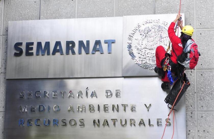 """Activistas de la organización internacional Greenpeace colocan en el edificio sede de la Secretaria de Medio Ambiente y Recursos Naturales (Semarnat) un anuncio con el mensaje """"Semarnat, cancela Cabo Cortés íya!"""". EFE/Archivo"""