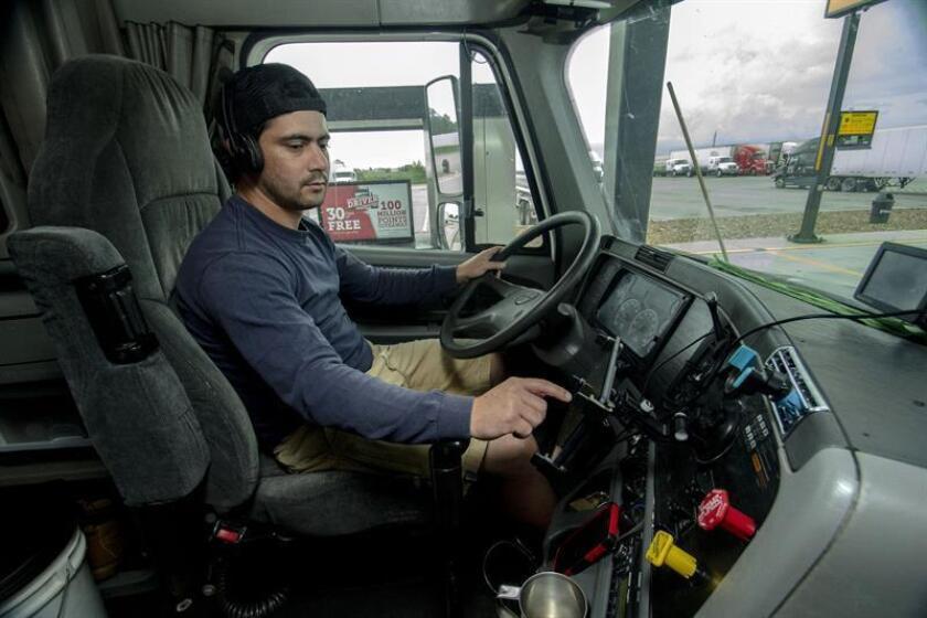 El camionero cubano Naisbel Franqueiro, de 29 años y residente en Miami, introduce las horas trabajadas en un dispositivo de registro electrónico, durante una parada realizada el 30 de septiembre de 2018, en Beasley, a 45 millas al suroeste de Houston (Texas). EFE