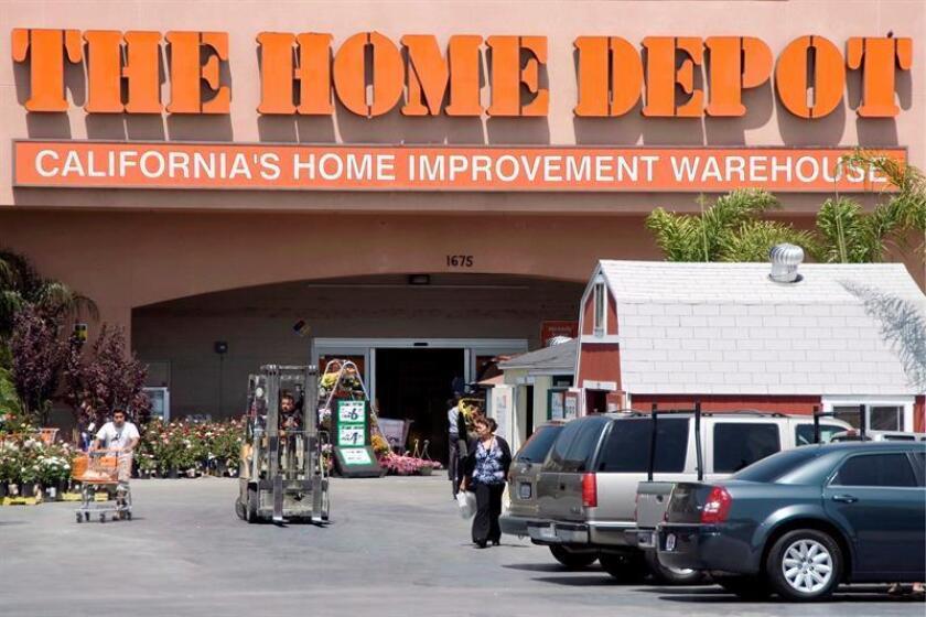 Home Depot, la mayor cadena de tiendas de bricolaje y reformas del hogar del mundo, ganó 5.910 millones de dólares en su primer semestre fiscal, un 26,1 % más que en el mismo periodo del año anterior, anunció hoy esa compañía. EFE/Archivo