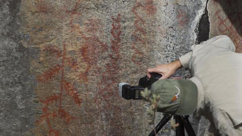 Steve Freer experto en pinturas rupestres documenta los pictogramas que se encuentran en Rancho Guejito, una de las pocas pinturas que quedan intactas en California. Harry J. Jones