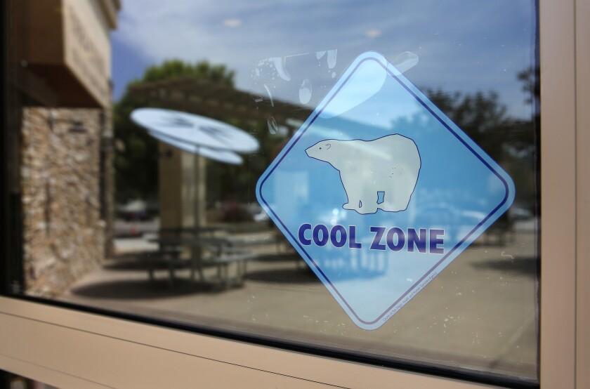 Un engomado de Cool Zone en la puerta delRancho San Diego Library.