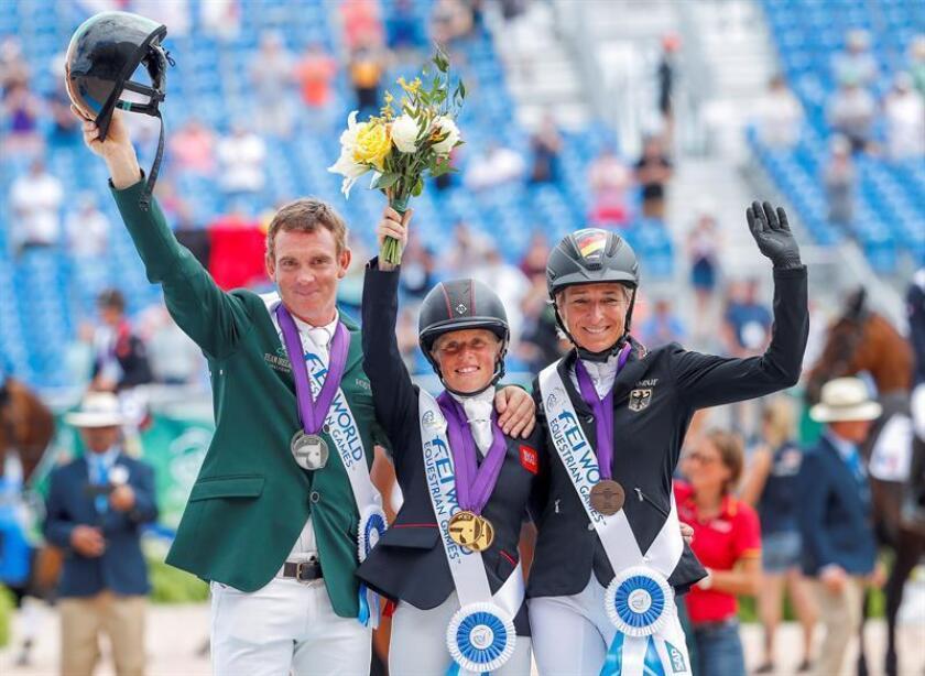 La británica Rosalind Canter (c), el irlandés Padraig McCarthy (i), y la alemana Ingrid Klimke (c) celebran en el podio de la prueba concurso completo hoy, lunes 17 de septiembre de 2018, durante los Juegos Ecuestres Mundiales 2018, en Mill Spring, Carolina del Norte (EE.UU.). EFE