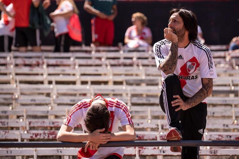 Aficionados de River Plate fueron registrados este domingo en una tribuna del estadio Monumental de Buenos Aires (Argentina), antes de que autoridades de la Conmebol postergaran el partido de vuelta de la final de la Copa Libertadores 2018, entre River y Boca Juniors. EFE