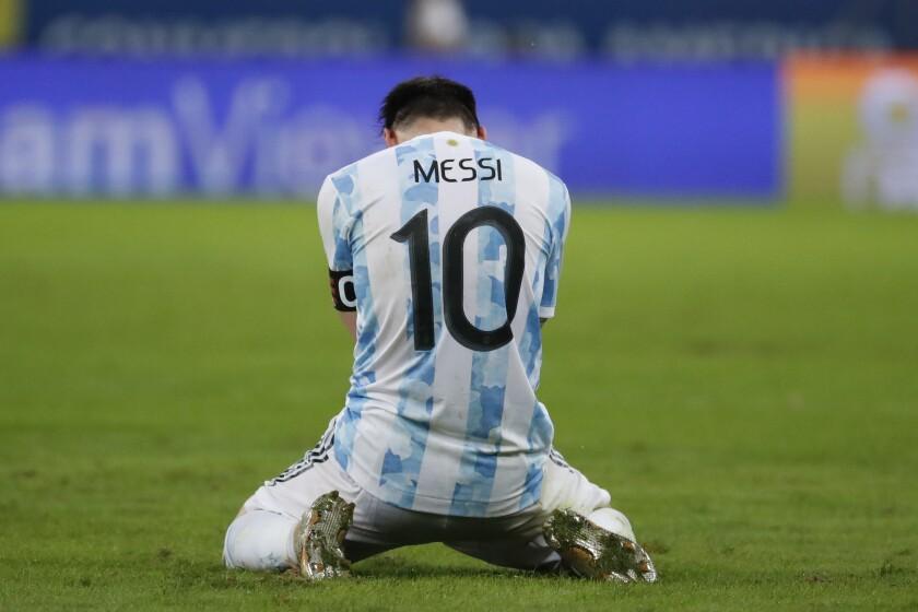 Lionel Messi, de la selección de Argentina, se arrodilla al concluir la final de la Copa América ante Brasil