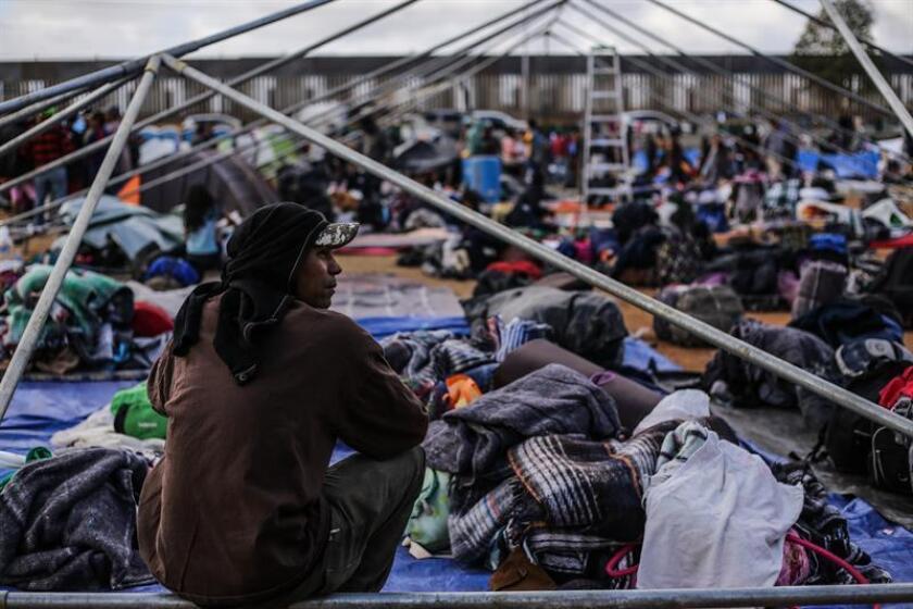 """Amnistía Internacional denunció hoy que los migrantes centroamericanos que están en la ciudad fronteriza de Tijuana, en el norte de México, esperando poder entrar en Estados Unidos se encuentran en """"condiciones insalubres"""" con escasez de alimentos y agua. EFE/ARCHIVO"""