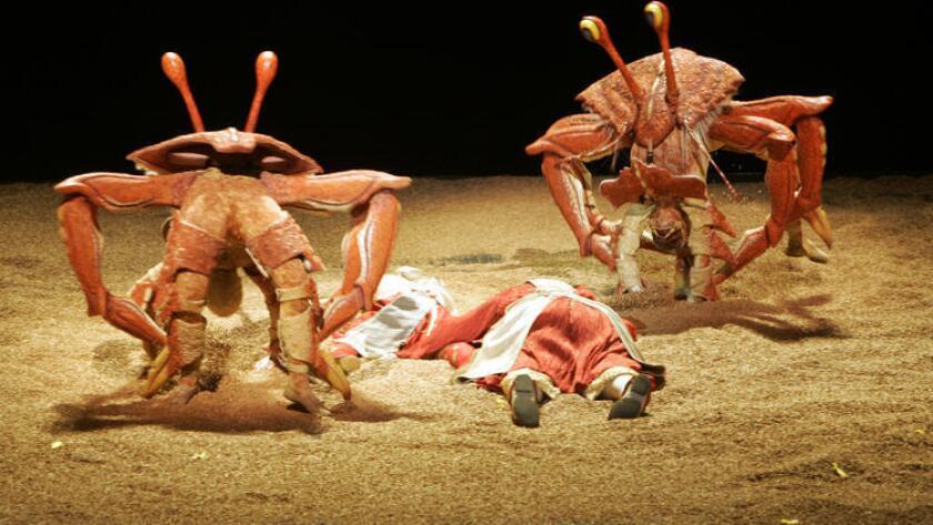 """Los cangrejos salen de la arena en el espectáculo """"Ka"""" de Cirque du Soleil."""