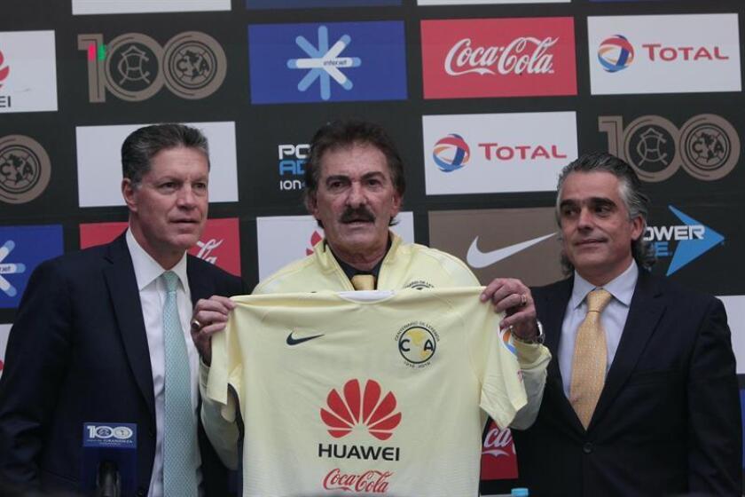 El argentino Ricardo La Volpe seguirá al frente del banquillo del América del fútbol mexicano al menos hasta mediados del 2017, informó hoy su presidente deportivo, Ricardo Peláez. EFE/ARCHIVO