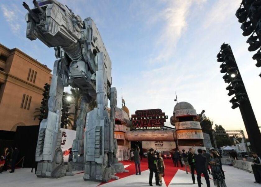 """Tropas de asalto, vehículos militares AT-TE y un arsenal de droides convirtieron al centro de Los Ángeles, Estados Unidos, en el universo de """"Star Wars"""" (""""La guerra de las galaxias"""")."""