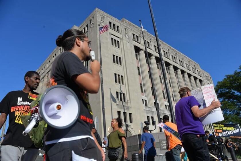 Varias personas sostienen pancartas pidiendo justicia para el joven Laquan McDonald, abatido por el policía Jason Van Dyke. EFE/Archivo