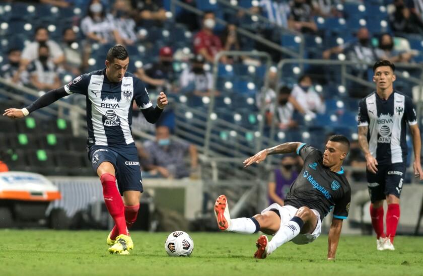 Rogelio Funes Mori (izquierda) de Rayados de Monterrey de México disputa el balón
