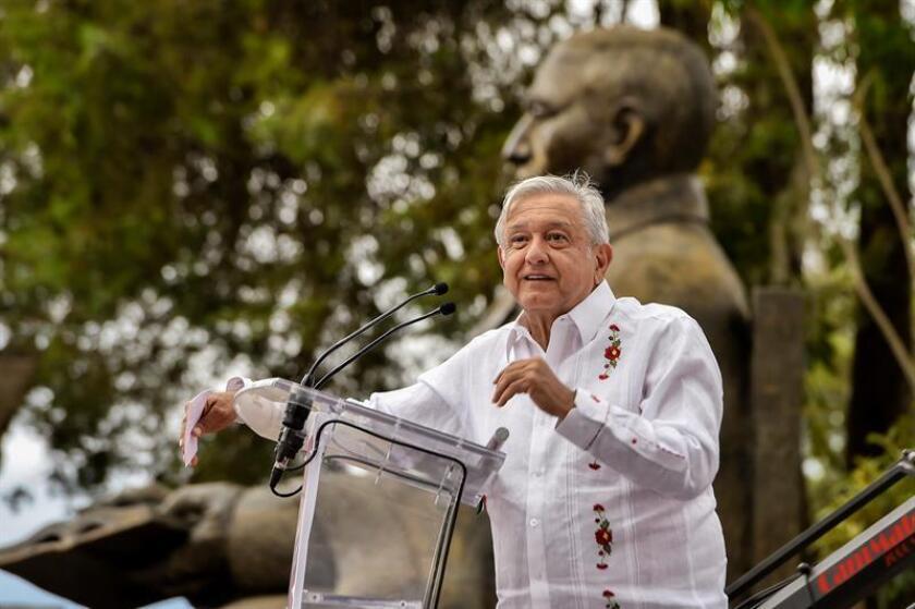 Fotografía cedida del presidente de México, Andrés Manuel López Obrador, durante un acto protocolario este jueves, en la comunidad de Guelatao, en el estado de Oaxaca (México). EFE/SOLO USO EDITORIAL