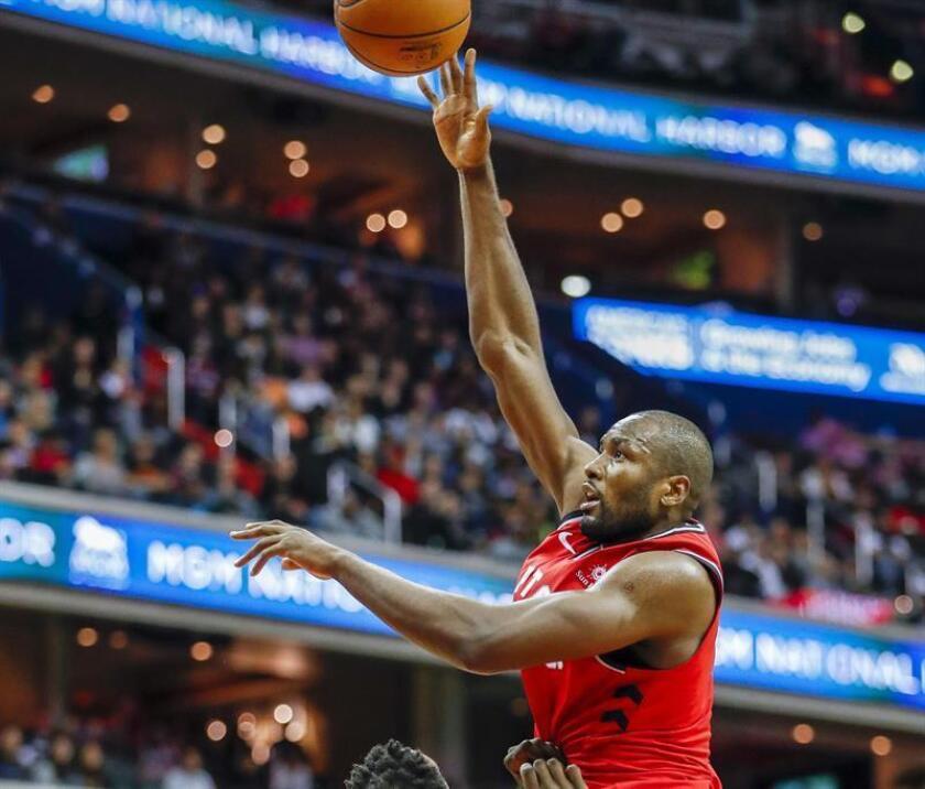 El jugador de Toronto Raptors, Serge Ibaka (dcha) en acción. EFE