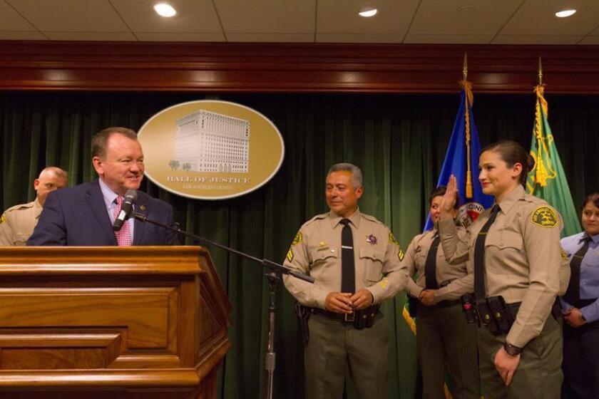 El alguacil del condado de Los Ángeles, Jim McDonell (i), reconoció hoy que fue derrotado por Alex villanueva, con el que compitió por el puesto en la elección realizada el 6 de noviembre y ofreció una transición ordenada. EFE/ARCHIVO