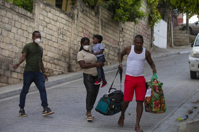 De vuelta en Haití, familia migrante planea volver a huir