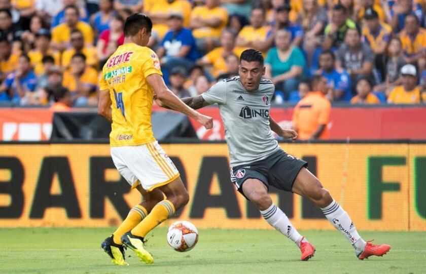 El jugador de Tigres, Hugo Ayala (L), disputa el balón con Jefferson Duque (d), de Atlas, durante el partido correspondiente a la jornada 8 del Torneo Apertura 2018 entre Tigres y Atlas, en el estadio Universitario, en Monterrey (México). EFE/Archivo