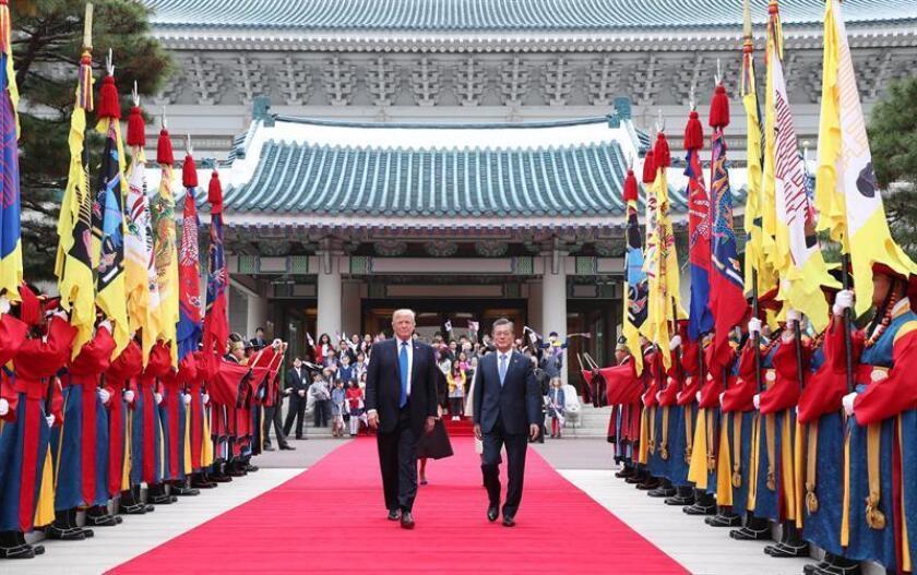 El presidente de Estados Unidos, Donald J. Trump, (i), acompañado por su homólogo de Corea del Sur, Moon Jae-in (d), pasan revista a las tropas de honor en Seúl durante la ceremonia de bienvenida a Trump en Seúl. EFE/Archivo