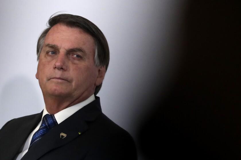 El presidente brasileño Jair Bolsonaro asiste a la ceremonia de lanzamiento del programa genoma en el Palacio Presidencial de Planalto, Brasilia, 14 de octubre de 2020. (AP Photo/Eraldo Peres)
