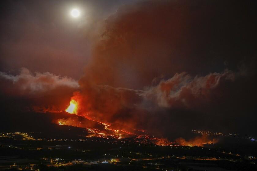 En esta imagen de archivo, tomada el 20 de septiembre de 2021, la lava emana de un volcán ]