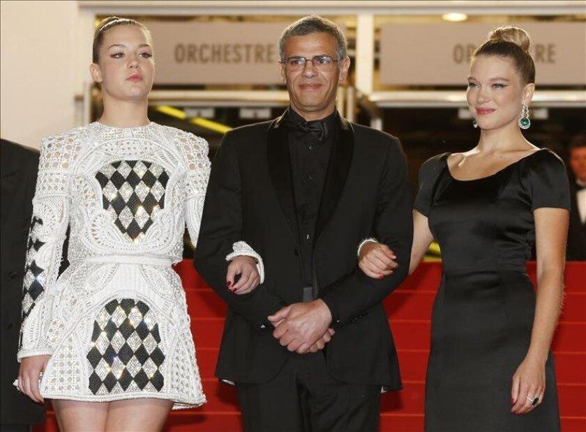 Las actrices francesas Lea Seydoux (d) y Adele Exarchopoulos (i) y el director tunecino Abdellatif Kechiche (c) posan este jueves al llegar al estreno de la película 'La Vie d'Adele' durante la 66ª edición del Festival de cine de Cannes celebrado en dicha localidad francesa. EFE