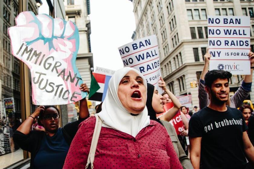 Un juez federal de Seattle levantó parcialmente la prohibición de entrada en EE.UU. de ciertos refugiados procedentes de países de mayoría musulmana planteada por el presidente Donald Trump, al argumentar que la medida impedía la reunión de personas con familiares que viven legalmente en el país. EFE/ARCHIVO
