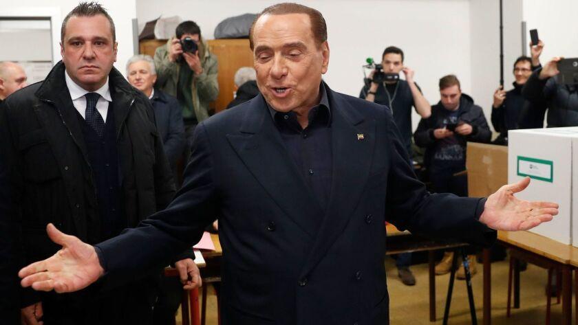 El ex primer ministro italiano Silvio Berlusconi del partido Forza Italia llega a una mesa electoral en Milán el 4 de marzo de 2018. (Antonio Calanni / Associated Press)