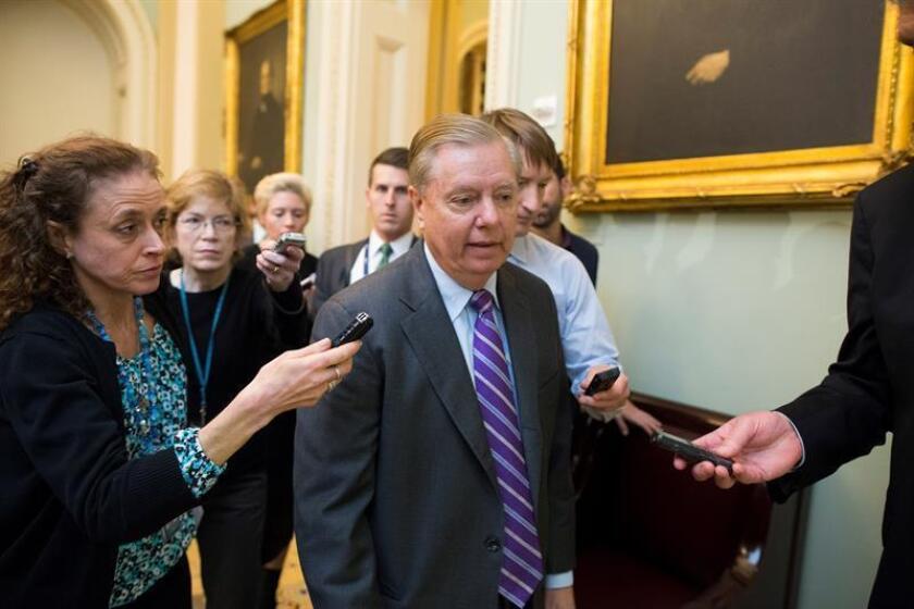 Reporteros siguen al senador republicano de Carolina del Sur, Lindsey Graham (c). EFE/Archivo