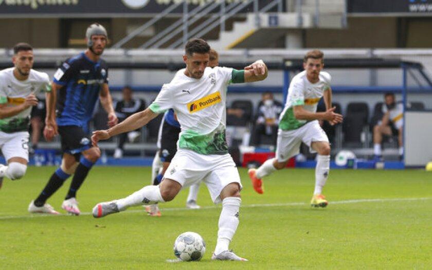 Lars Stindl, del Borussia Mönchengladbach, convierte un penal ante el Paderborn