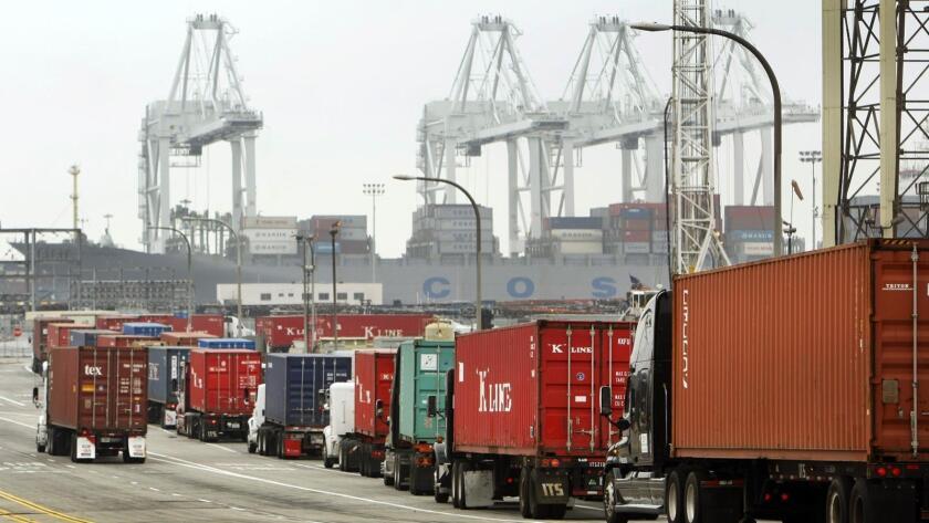Foto de productos importados que llegan al Puerto de Long Beach.