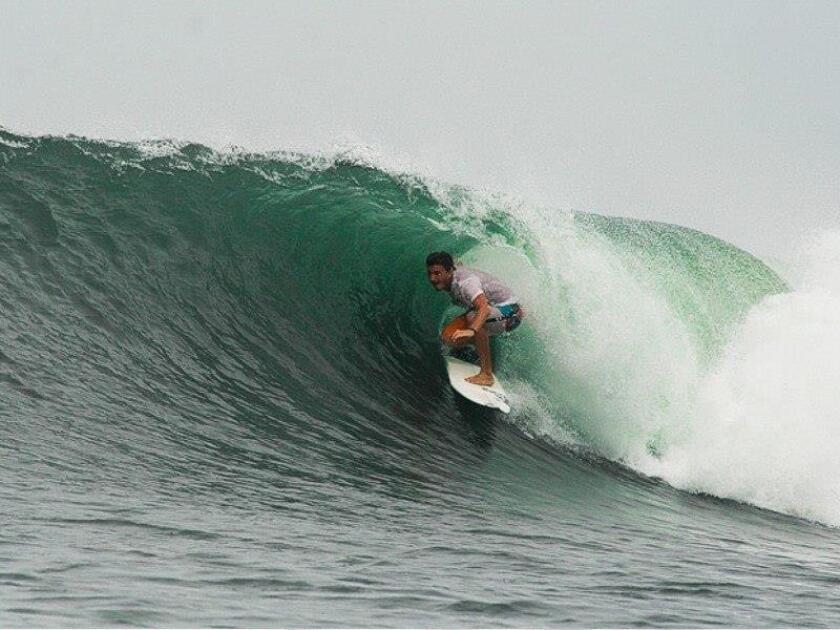 Fotografía cedida por el surfista uruguayo Lucas Madrid donde se le ve montando una ola. EFE/Archivo Personal/Cortesía Lucas Madrid