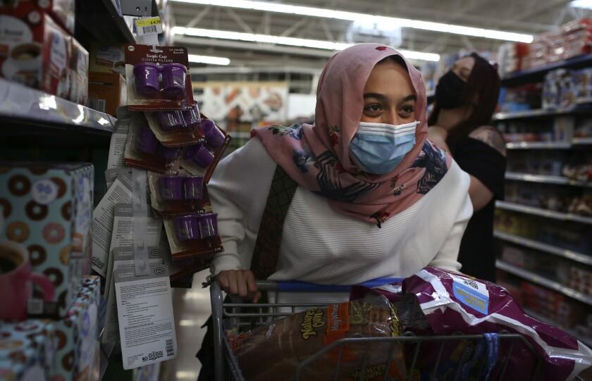 Amirah Ahmed, de 17 años, hace las compras con su familia en un Walmart, el sábado 14 de agosto