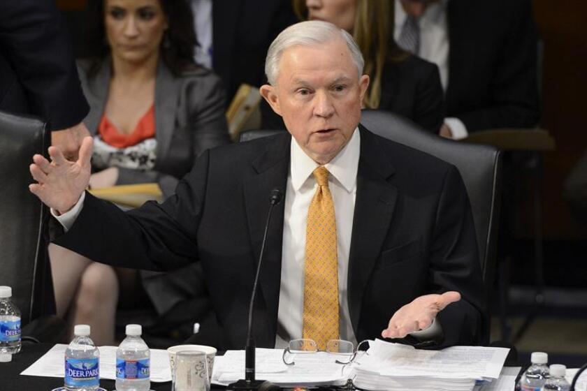 """Un grupo de abogados hispanos urgió hoy a retrasar las audiencias para evaluar la nominación del senador Jeff Sessions como nuevo fiscal general del Gobierno de Donald Trump, debido a que no contestó """"de forma adecuada"""" un importante cuestionario para la aprobación de su designación. EFE/ARCHIVO"""