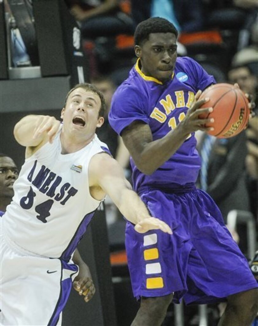 Amherst center Peter Kaasila, left, and Mary Hardin-Baylor guard Brian Toddd vie for a rebound during the half of the NCAA college Division lll national championship basketball game on Sunday, April 7, 2013, in Atlanta. (AP Photo/John Amis)