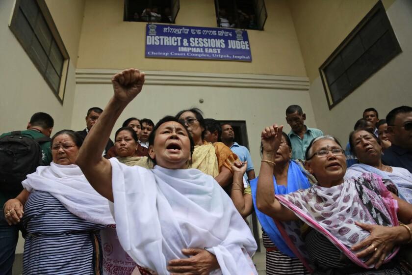 Manifestantes protestan por la decisión de la activista Irom Sharmila de poner fin a su huelga de hambre en Manipur, India. (AP Foto/Anupam Nath)