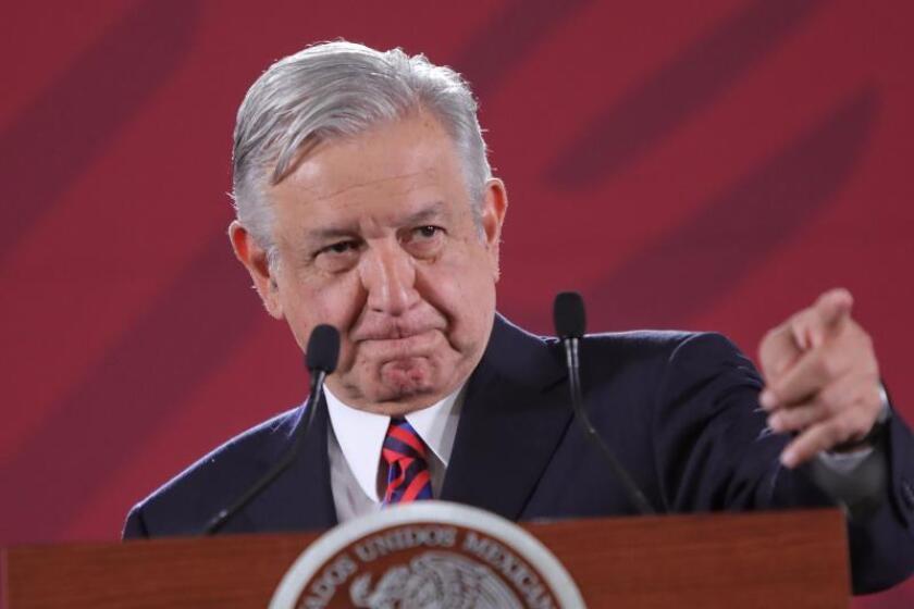 López Obrador firma ante notario su compromiso de no reelegirse